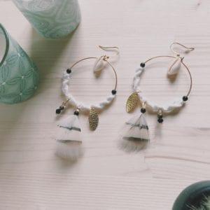 Grosses créoles beige macramé plumes et perles