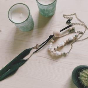 Collier grosse perle en bois et plumes de perroquet