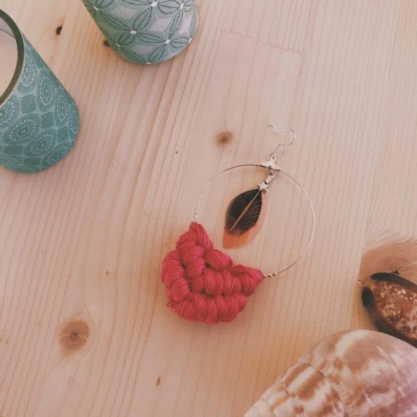 Créole unique argentée plume et macramé