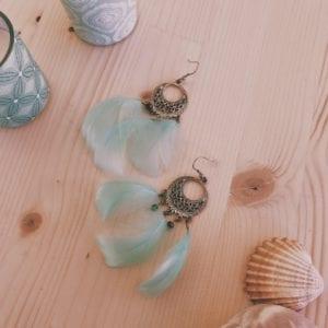 Boucles d'oreilles orientales argentées et plumes d'oies pastel