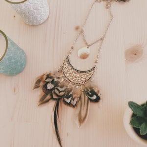 Collier plastron argenté et plumes de faisan