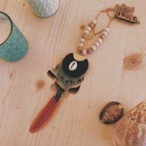 Collier plastron pièce en cuir et plumes