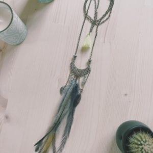 Collier plastron plumes d'émeu