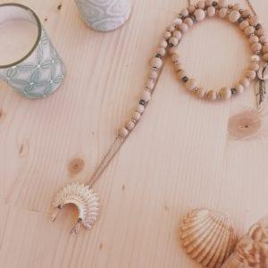 Collier coiffe d'indien argentée en perles