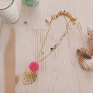 Collier chaine dorée chevron breloques et feutrine