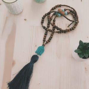 Collier pompon bouddha et perles bois de santal
