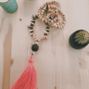 Collier pompon coquillages et perles en bois