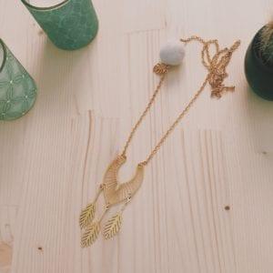 Collier chaine dorée breloque et feutrine