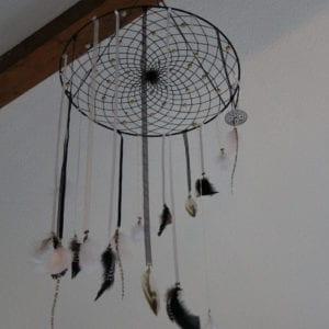 Mobile attrape-rêve 40 cm plumes noir et blanc