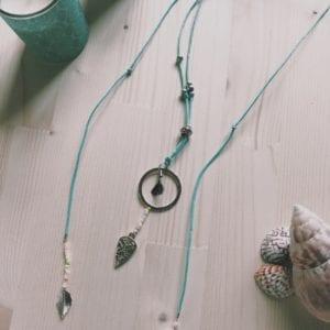 Collier double rang corde chanvre vert d'eau et plumes