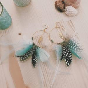 Créoles dorées et panaché de plumes