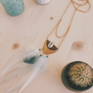 Collier plastron coquillage et plumes