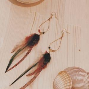 Boucles d'oreilles gouttes dorées et plumes de coq