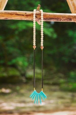 Collier perles en bois suédine et plastron howlite