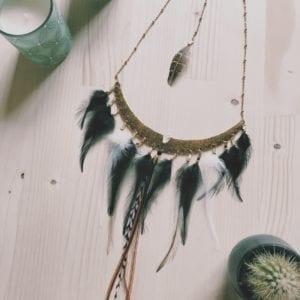 Plastron doré avec plumes grizzly et plumes de coq