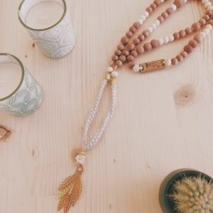Collier perles en bois breloque doré tresse en coton