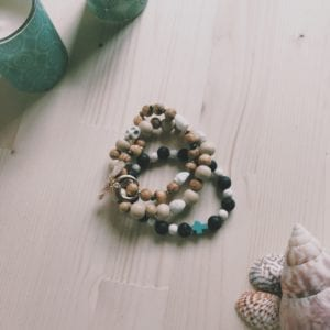 Bracelet 3 rangs perles en bois et howlite