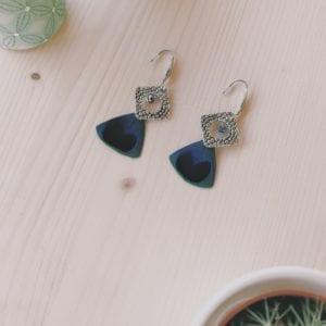 Boucles d'oreilles losange argenté et plumes de paon