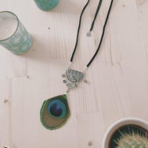 Collier plume de paon et plastron argenté