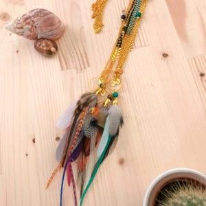 Collier doré et plastron plumes colorées