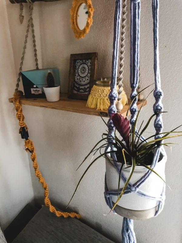 Double suspension pour plantes en macramé noir avec perles en bois. Cette création est totalement personnalisable, n'hésitez pas à me contacter pour choisir vos couleurs et votre modèle de suspension! D'autres modèles sont disponibles dans la boutique. Création entièrement réalisée à la main par mes soins.